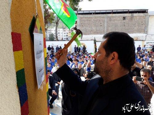 نواخته شدن زنگ مدرسه توسط فرماندار علی آباد کتول