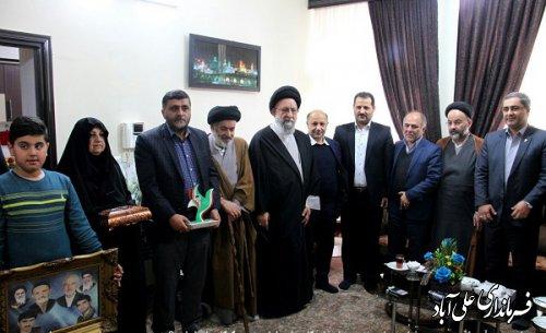 حضور نماینده ولی فقیه در استان در منزل شهیدان محمود و داوود شیخ هدایتی
