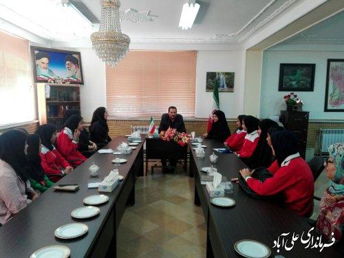 دیدار فرماندار در دیدار با تیم دختران نوجوانان سرخ پوشان شهر فاضل آباد