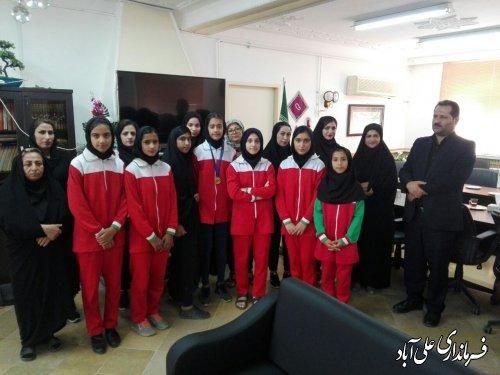 دیدار فرماندار با تیم دختران نوجوانان سرخ پوشان شهر فاضل آباد